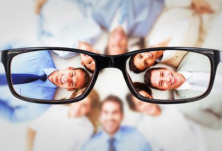 anteojos: Los jóvenes empresarios que se extiende en círculo contra los vidrios Foto de archivo