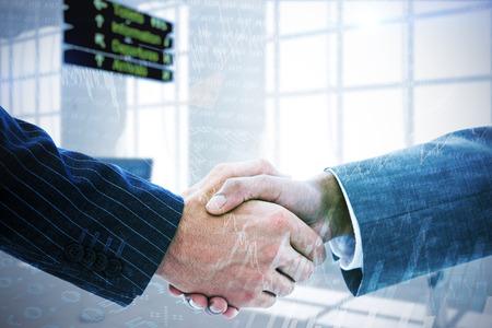 personas saludandose: La gente de negocios dándose la mano en contra de acciones y participaciones