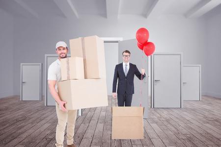 sala parto: Uomo di consegna delle scatole di cartone contro le porte in una stanza Archivio Fotografico