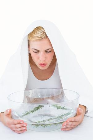 vapore acqueo: Donna bionda inalazione fitoterapia su sfondo bianco