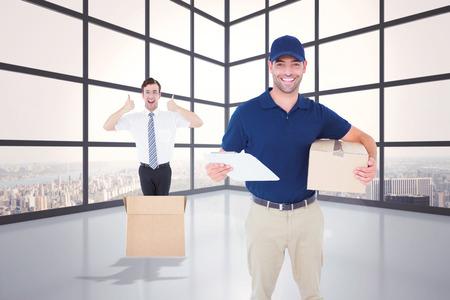 sala parto: Felice l'uomo consegna con la scatola di cartone e appunti contro pranzo con grande finestra che mostra citt�