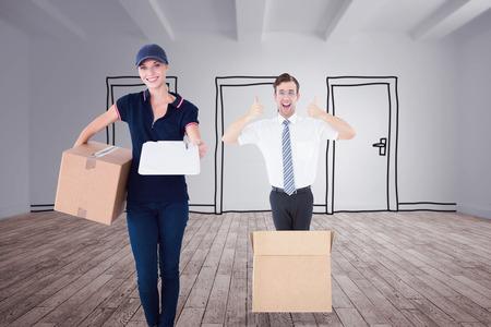 sala parto: Donna di consegna felice della holding scatola di cartone e appunti contro porte di doodle in camera Archivio Fotografico