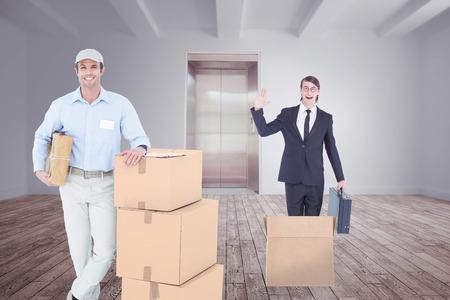 sala parto: Consegna Bel uomo appoggiato su scatole di cartone impilati stanza con ascensore