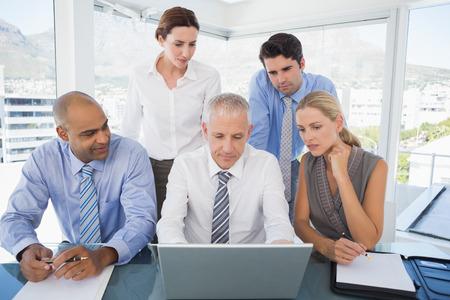 reuniones empresariales: Equipo de negocios durante la reunión en la oficina