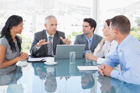 reunion de trabajo: Equipo de negocios trabajando juntos en la computadora port�til en la oficina