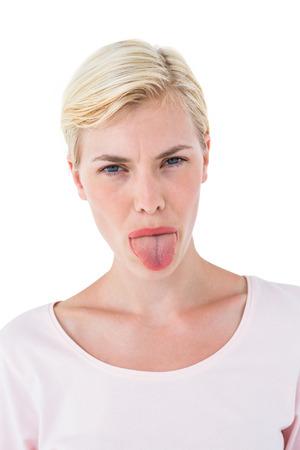 lengua afuera: Rubia mujer sacando la lengua en el fondo blanco