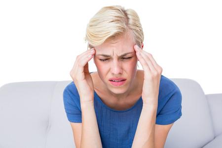 dolor de cabeza: Atractiva mujer rubia tiene dolor de cabeza en el fondo blanco
