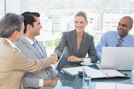 hombres trabajando: Equipo de negocios con una reunión en la oficina