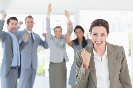 Obchodní tým slaví dobrou práci v kanceláři Reklamní fotografie