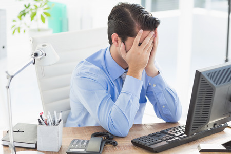 decepcionado: Hombre de negocios trastornado que oculta su cara en la oficina