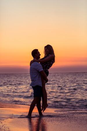 pareja enamorada: feliz pareja sonriendo a la playa