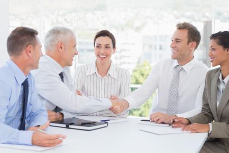 reunion de trabajo: Equipo de negocios con una reuni�n en la oficina