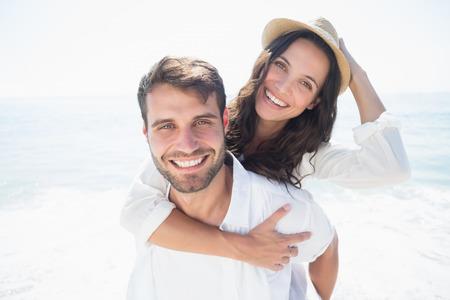 resor: lyckliga paret leende på stranden Stockfoto