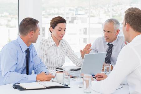 solucion de problemas: Equipo de negocios con una reunión en la oficina