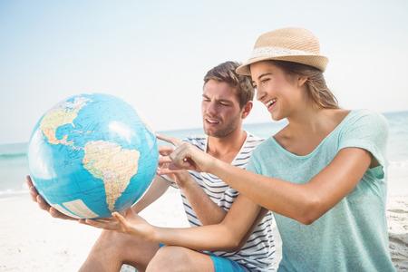 planeta tierra feliz: feliz pareja sonriendo a la playa