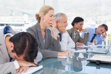agotado: Equipo de negocios cansado en la conferencia en la oficina