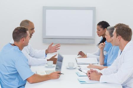 reunion de trabajo: Equipo de médicos que tienen una reunión en la oficina médica Foto de archivo