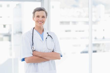 의료 사무실에서 여성 의사 미소 스톡 콘텐츠