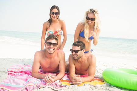 hombre flaco: grupo de amigos en trajes de ba�o en la playa