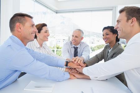 mujeres trabajando: Equipo de negocios sentados juntos y celebrando en la oficina