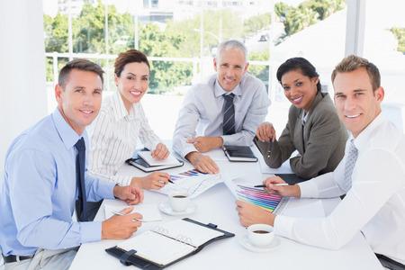 Business-Team die Analyse der Graphen im Büro