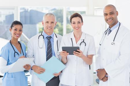 doctor: Equipo de médicos que trabajan juntos en los pacientes presentar en la oficina médica