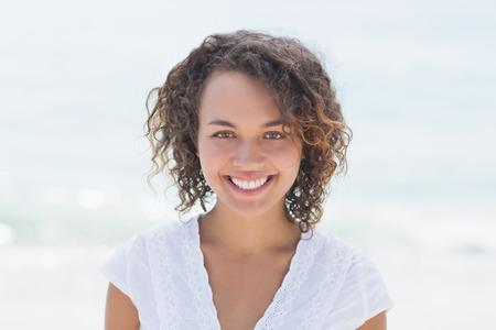 ビーチで笑って幸せな女