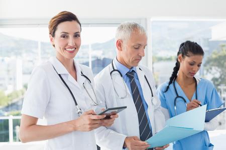 doctores: Los médicos que trabajan juntos en los pacientes presenten en la oficina médica