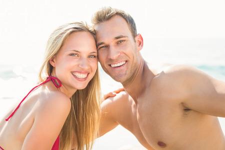 couple  amoureux: heureux couple souriant � la plage