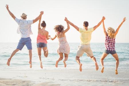 mujeres felices: grupo de amigos que se divierten en la playa