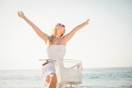 Schöne blonde Frau an einem sonnigen Tag am Strand Standard-Bild - 44852470