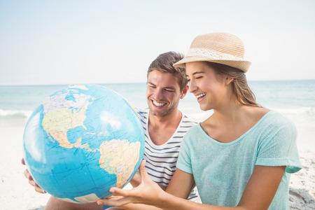 planeta tierra feliz: happy couple smiling at the beach