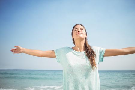 persona alegre: mujer feliz sonriendo a la cámara en la playa Foto de archivo