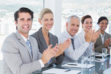 reuniones empresariales: Equipo de negocios aplaudiendo durante una conferencia en la oficina