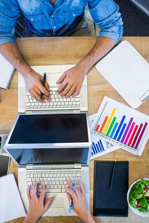 Glückliche Kreative Arbeitskräfte, Die Schreibtisch Im Kreativen ...
