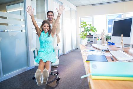 S úsměvem partneři baví v kanceláři