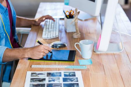 Negocios que trabaja con digitalizador en su escritorio en la oficina