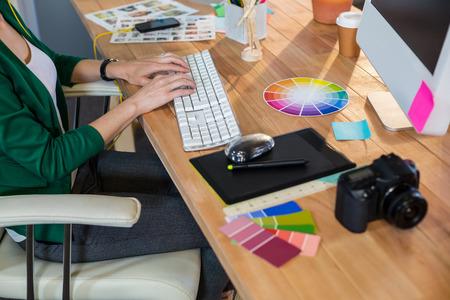 デザイナー事務所でキーボードで入力します。