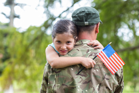 banderas americanas: Soldado reunirse con su hija en un d�a soleado