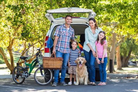 Šťastná rodina se chystá na výlet za slunečného dne