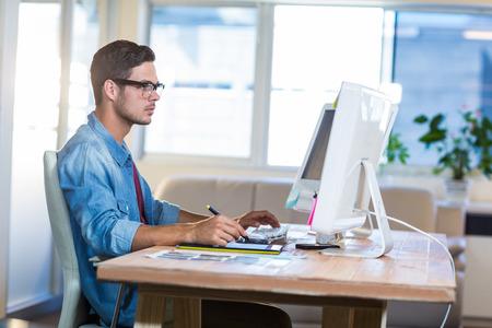 Homem de negócios ocasional usando digitalizador em sua mesa no escritório