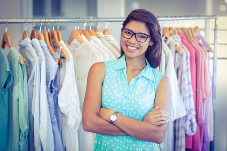 sonriente: Comprador feliz sonriendo a la cámara en la boutique de