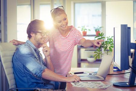 lluvia de ideas: Diseñadores felices trabajando juntos en la oficina creativa