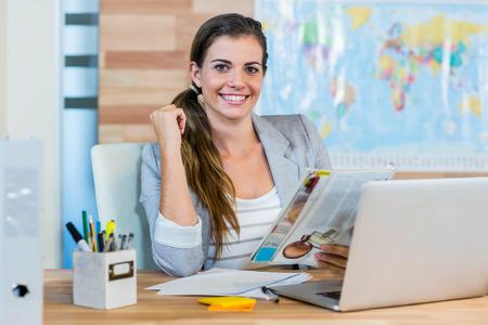 viagem: Agente de viagens Compartimento bonito da leitura no escritório