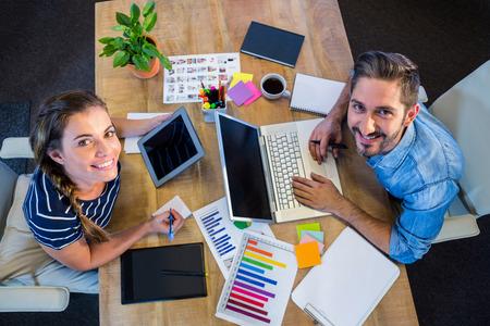 Lächelnde Partner Arbeitet Am Schreibtisch Mit Laptop Im Büro ...