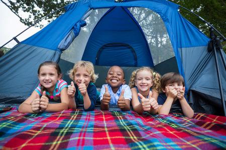ni�os sonriendo: Hermanos felices en un viaje de campamento en un d�a soleado Foto de archivo