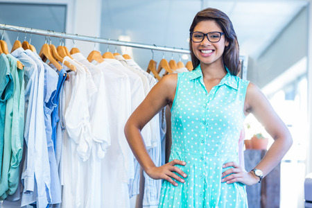 femmes souriantes: Belle brune faire du shopping en magasin de vêtements