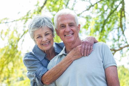 Velho casal feliz, sorrindo em um parque em um dia ensolarado Imagens