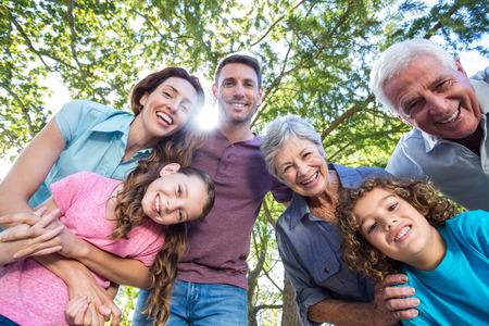晴れた日に公園で家族の笑顔を拡張