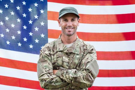 soldado: Americana celebración signo contratación soldado contra la bandera americana